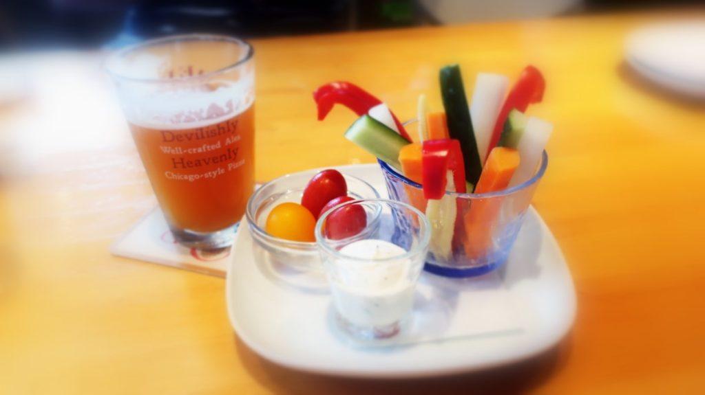 野菜スティックとビール。DevilCraft(デビルクラフト)神田 photo by 茶子(ちゃこ)