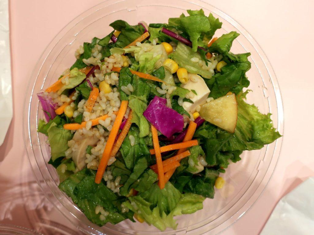 サラダボウル専門店「With Green マロニエゲート銀座店」の「蒸し鶏とりんごの玄米サラダ」