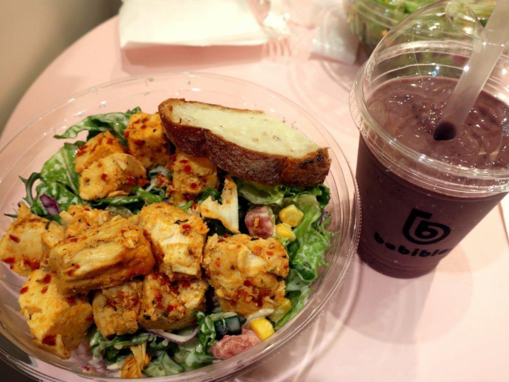 注文した「ハーブチキンと彩り野菜のサラダ」