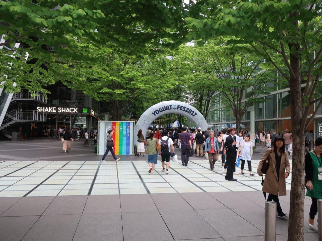 東京国際フォーラム前で開催されたヨーグルトフェスの様子(入場口) photo by 茶子(ちゃこ)