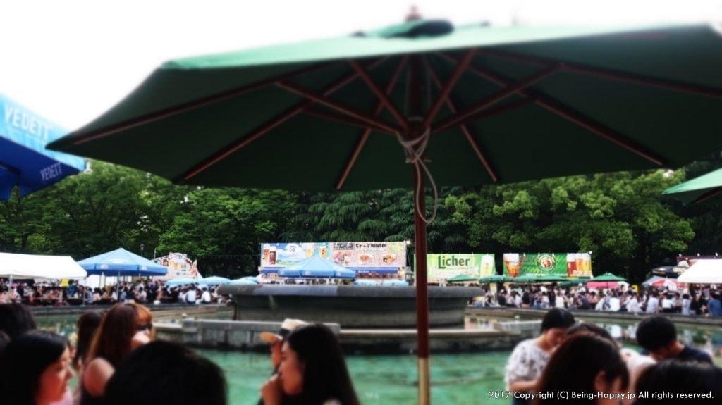 ヒビヤガーデン(日比谷公園)ー池を囲んでパラソルとテーブルが配置された様子