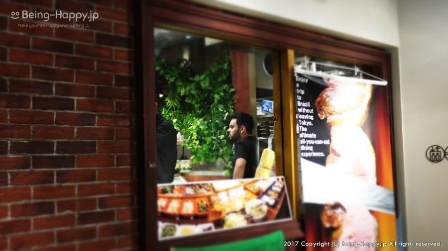 TUCANO'S(トゥッカーノ)ーレストラン外から見たスタッフの様子