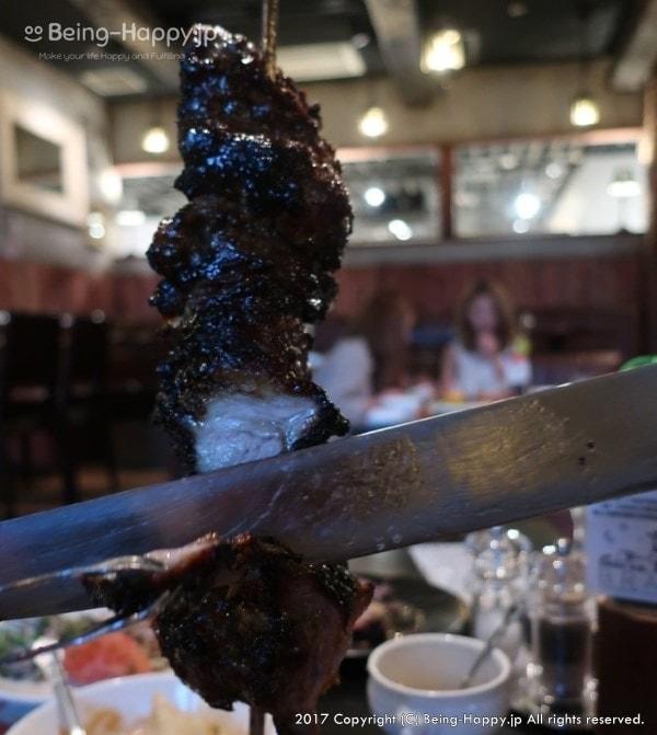 TUCANO'S(トゥッカーノ)ーテーブルで切り分けられるグリルされた塊の肉