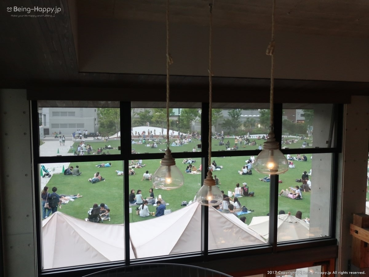 南池袋公園のカフェの2階からみた芝生