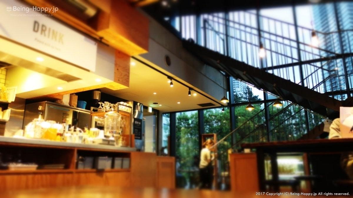 南池袋公園のカフェーおしゃれな階段で2階へ