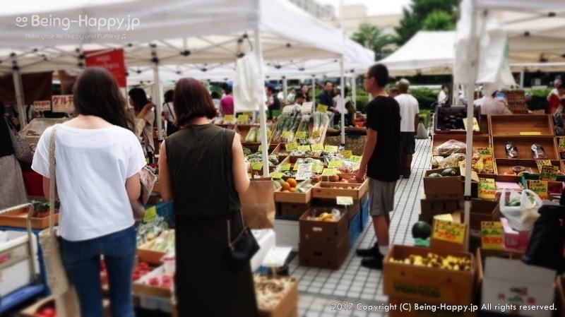 青山ファーマーズマーケットで買い物をする人たち