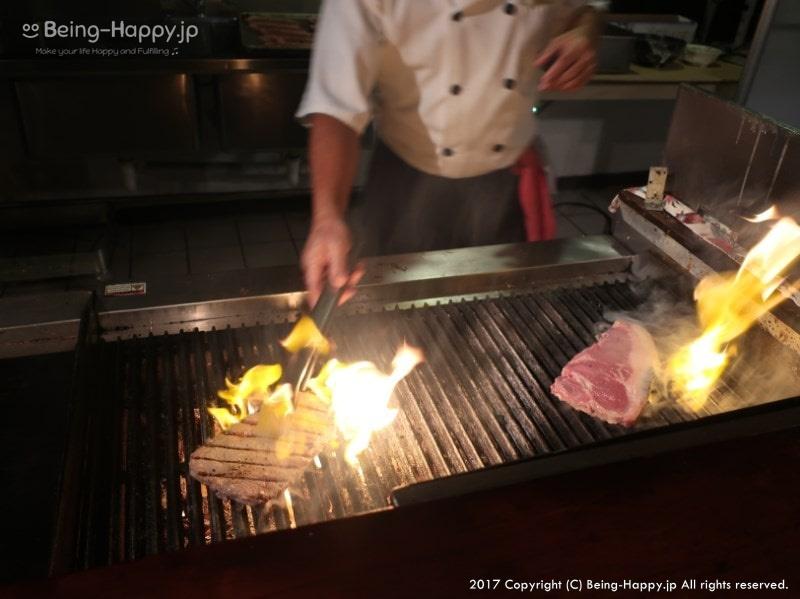 コスタテラスレストラン(@ホテル アクアリゾートクラブ サイパン)でステーキを焼いてもらっている写真