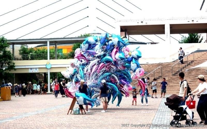 横浜・八景島シーパラダイスの広場と風船