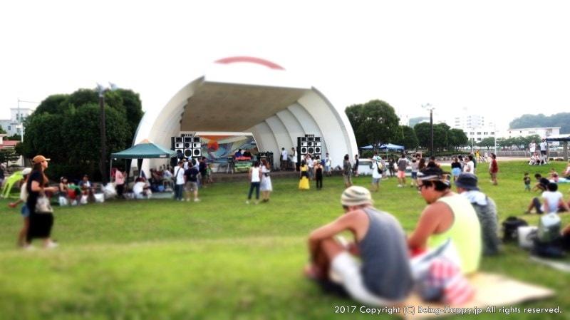 白浜海岸に隣接した三笠公園とステージ