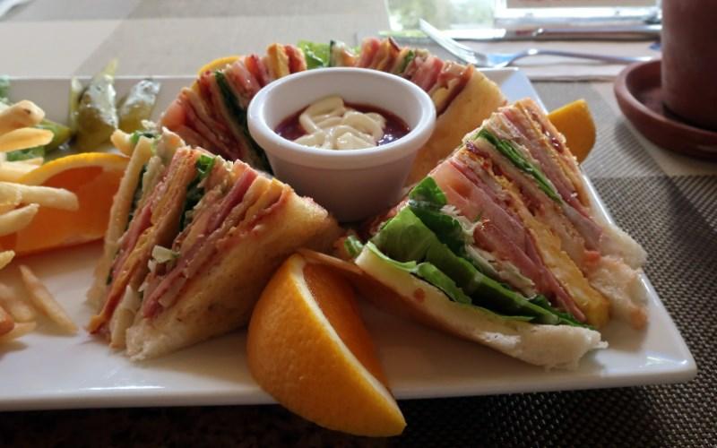 ワールドカフェテラスのサンドイッチがかなり大きいことを表している写真