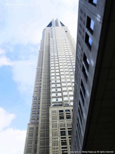 外から都庁を見上げて撮った写真@西新宿 東京都庁 photo by 茶子(ちゃこ)