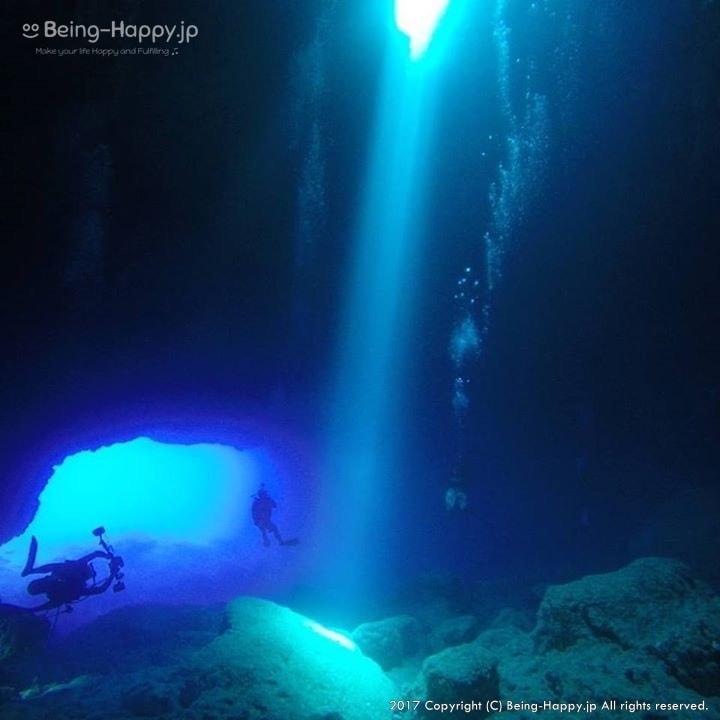 サイパンの海の洞窟をダイビング中