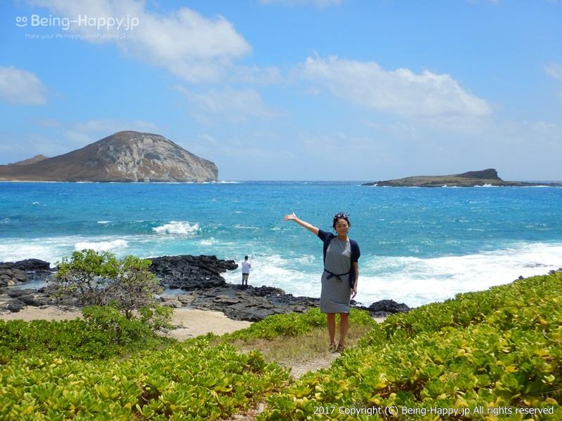 茶子とビーチ。緑と白い砂浜と黒い岩とコバルトブルーの海のコントラストが美しいーカラニアナオレ・ハイウェイ(Kalanianaole Hwy) マカプウ、ハナウマ湾、ワイマナロ、カイルアなど、数々の絶景を臨めるとして人気のドライブコース photo by 茶子(ちゃこ)