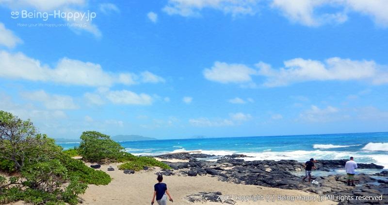ビーチに向かって走り出す私、茶子(ちゃこ)ーカラニアナオレ・ハイウェイ(Kalanianaole Hwy) マカプウ、ハナウマ湾、ワイマナロ、カイルアなど、数々の絶景を臨めるとして人気のドライブコース photo by 茶子(ちゃこ)