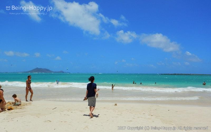 カイルア・ビーチ(Kailua Beach) の海へ向かって走る私 photo by 茶子(ちゃこ)