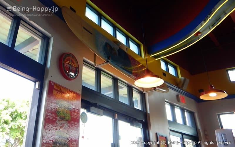 店内のサーフボード@カイルア(Kailua)のテディーズ・ビガー・バーガー(Teddy's Bigger Burgers Kailua) photo by 茶子(ちゃこ)