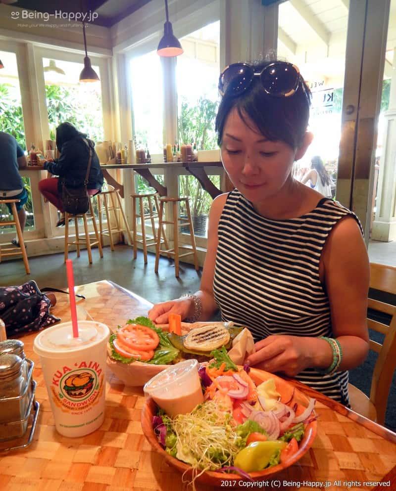 ハレイワ-KUA`AINA(クアアイナ) 本店でバーガーを食べている様子