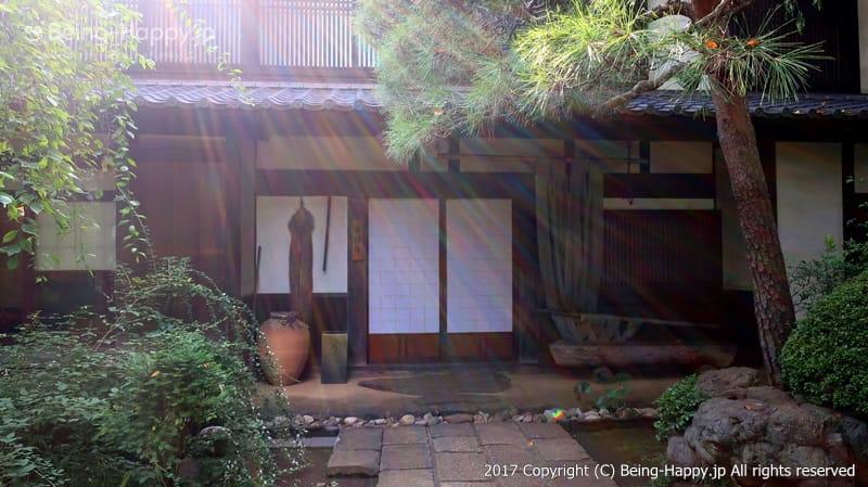そば処 桔梗家の入り口、太陽の光のシャワーが美しい