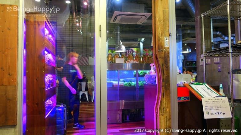 韓国焼肉くるむの入り口から店内を見た様子 photo by 茶子(ちゃこ)