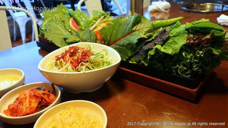 韓国焼肉くるむー最初に出されるデカ盛り野菜 photo by 茶子(ちゃこ)