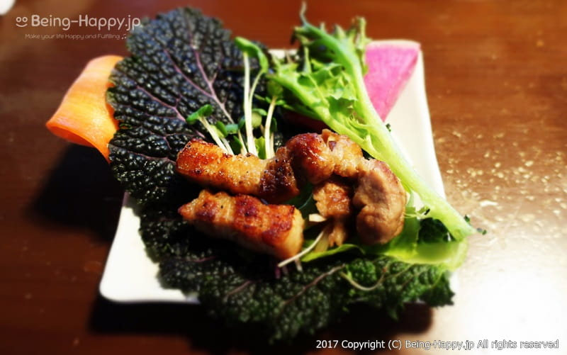 韓国焼肉くるむーサムギョプサルをエゴマと野菜で包んだ様子 photo by 茶子(ちゃこ)