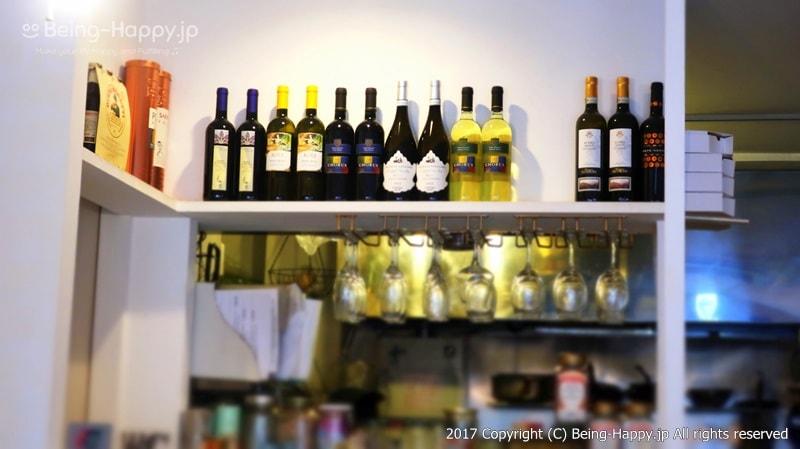 壁にワインの瓶が。すてき@PIZZA BORSA(ピッツァ ボルサ) photo by 茶子(ちゃこ)