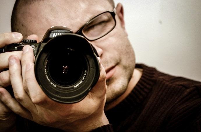 カメラを構えるイメージ画像