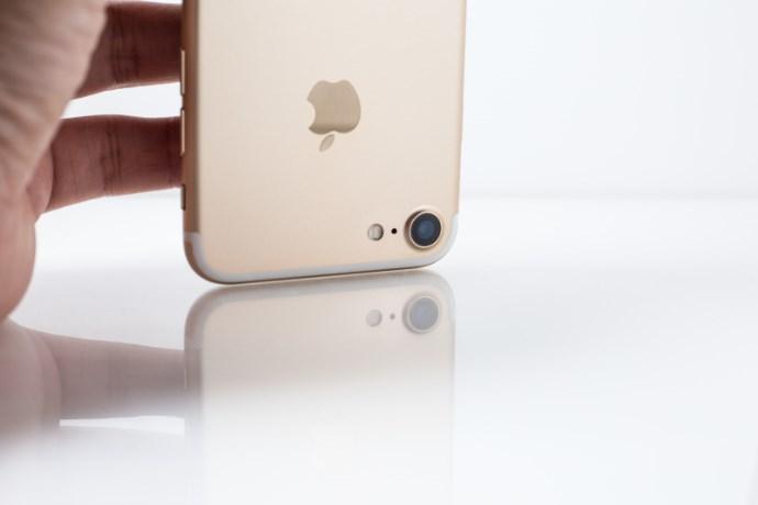 iphoneを持ちながら考えるイメージ画像