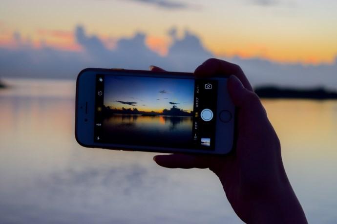スマホで写真を撮るイメージ画像