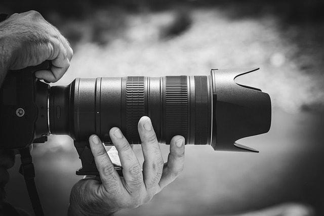 カメラを構えるイメージ映像