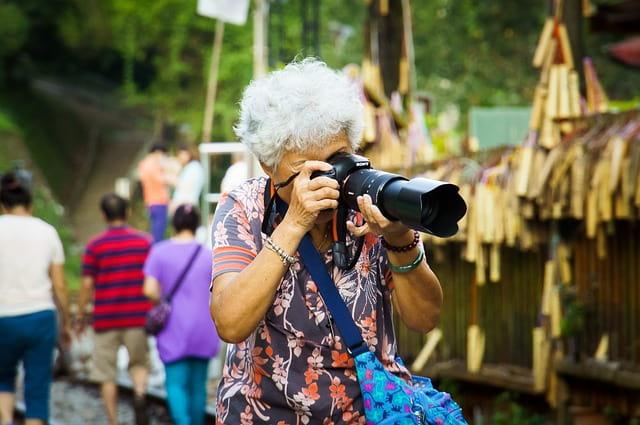 おばあちゃんがかっこよくカメラを構えた図
