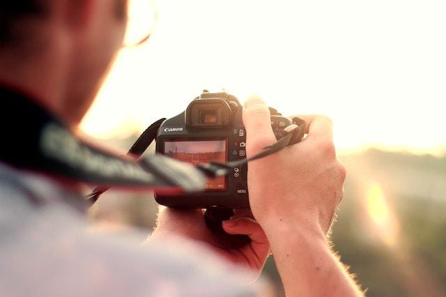 カメラの液晶画面を見るイメージ映像