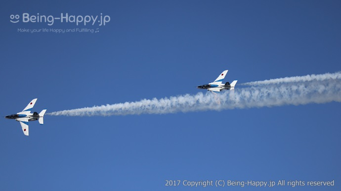 ブルーインパルスー2機が並列に飛行