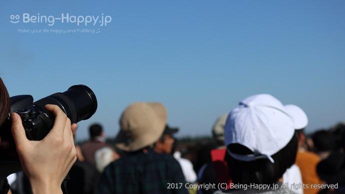 航空機展示場でカメラを構える人
