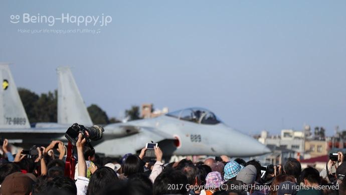 F-15Jが帰投する様子を見守る人たち