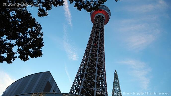横浜マリンタワー(下から仰ぎ見た写真)