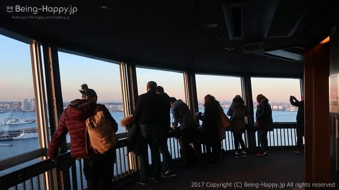 横浜マリンタワーの展望フロアの様子