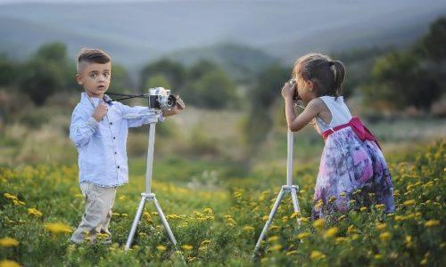 子供達がカメラで写真を撮りあっている写真