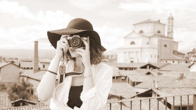 カメラを構えている女性の写真