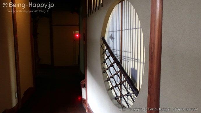 美しい障子と竹の格子の飾り窓
