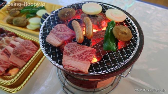 お肉を焼いている