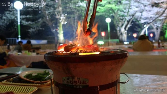 炭火で肉を焼く
