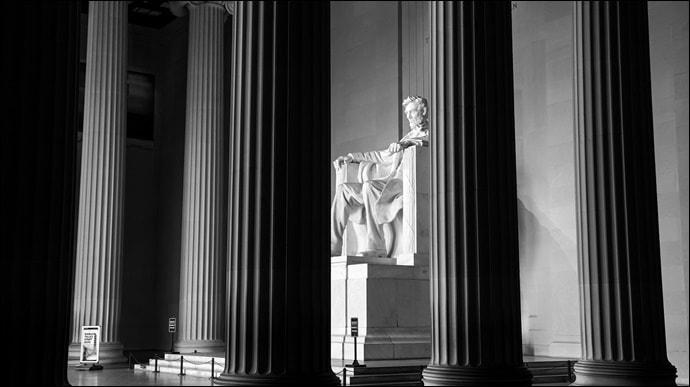 ワシントンDC リンカーン記念堂内部 モノクロイメージ