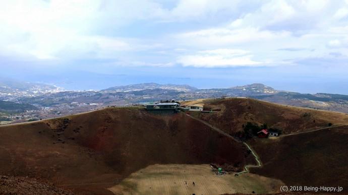 大室山の噴火口と浅間神社