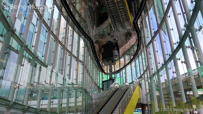 渋谷ストリームの外観(エスカレーターなど導線のカラーリング)