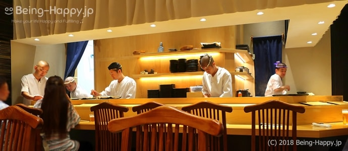 SUSHI TOKYO TEN、(スシトウキョウテン)の活気あるカウンター