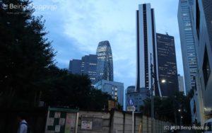 西新宿の雑居ビルが立ち並ぶ路地をくねくねと歩きます