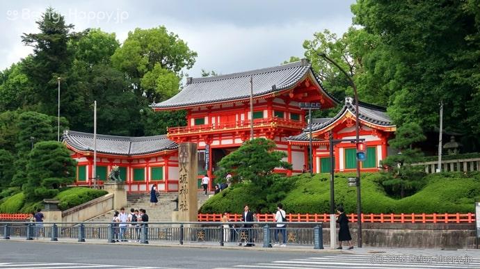八坂神社からのびる四条通り周辺も商店街としてに賑わっています