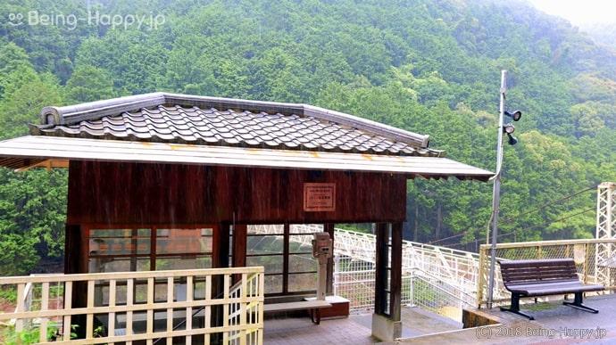 トロッコ保津峡駅 - 鷺沢萠の小説「岸辺の駅」の舞台や映画「蒲田行進曲」のロケ地としても知られる