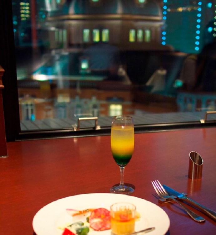 洋食ビストロドンピエールハート店内と窓から見える東京駅駅舎